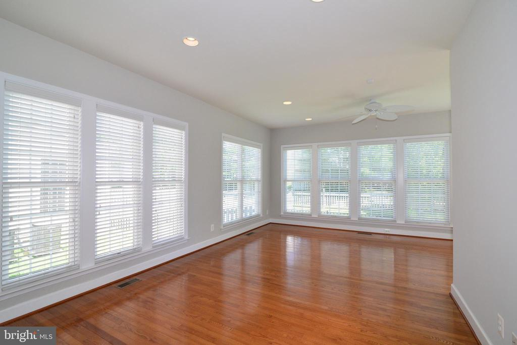Your new favorite room, a sun soaked retreat - 42814 RAVENGLASS DR, ASHBURN