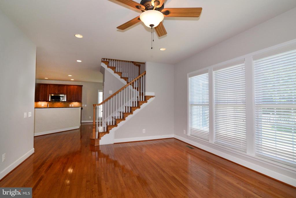 Great light from your wall of windows in your home - 42814 RAVENGLASS DR, ASHBURN