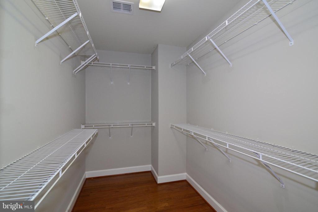 Large master walk-in closet - 42814 RAVENGLASS DR, ASHBURN