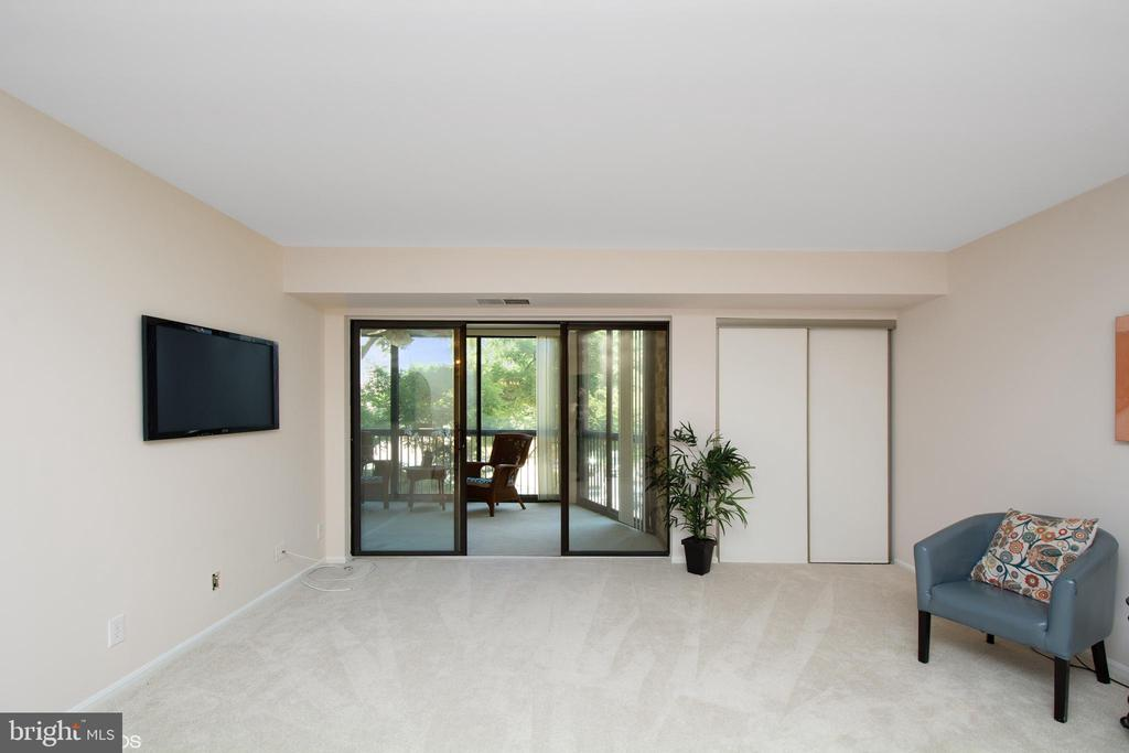 Living room with extra closet, access to balcony - 5904 MOUNT EAGLE DR #309, ALEXANDRIA