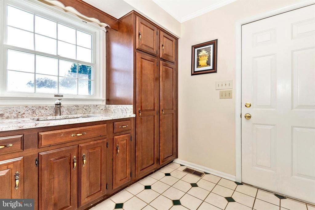 Laundry Rm/Mud Rm - well thought out and equipped - 2807 GRANDVIEW DR, MIDDLETOWN