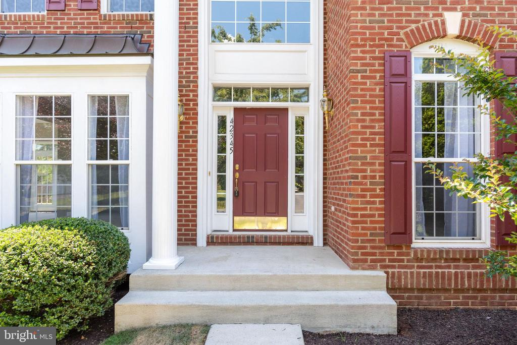 WELCOME HOME !! - 42345 ASTORS BEACHWOOD CT, CHANTILLY