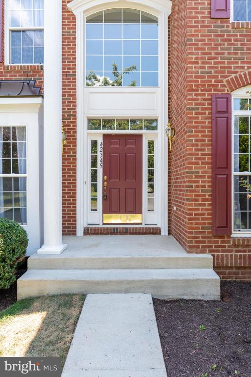 DON'T MISS THIS BRIGHT AND BEAUTIFUL HOME! - 42345 ASTORS BEACHWOOD CT, CHANTILLY
