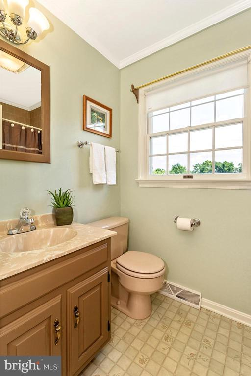 Hall Bath - 2807 GRANDVIEW DR, MIDDLETOWN
