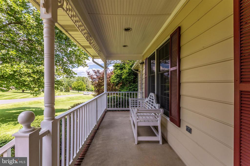 Nice porch to relax - 2807 GRANDVIEW DR, MIDDLETOWN