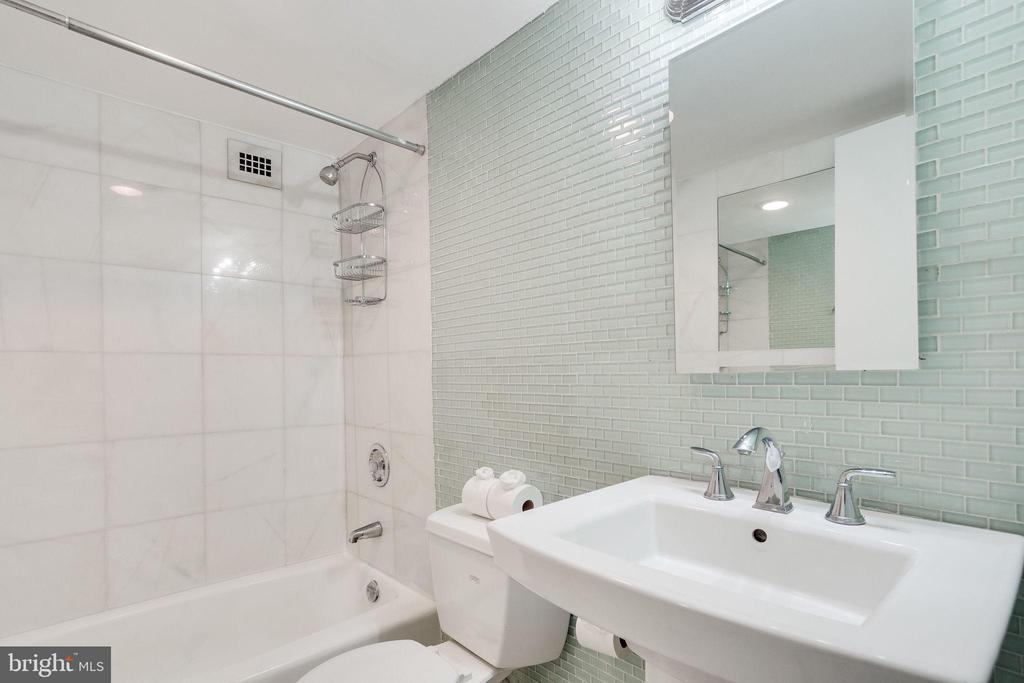 Nicely updated Bathroom with marble tiles - 2939 VAN NESS ST NW #1017, WASHINGTON