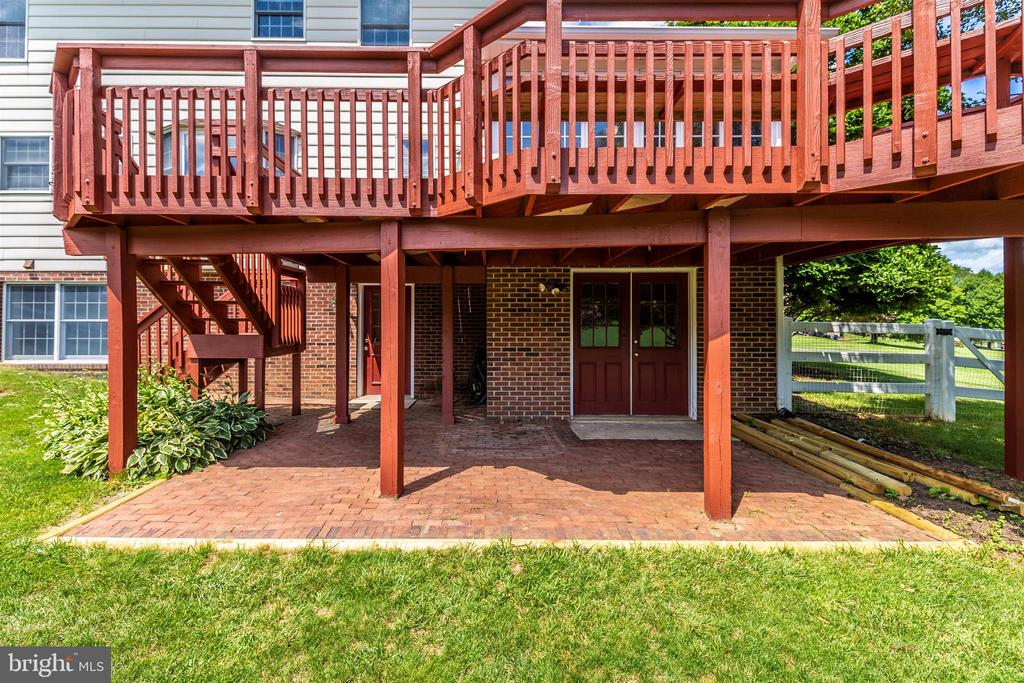 Brick patio w/double door access for equip storage - 2807 GRANDVIEW DR, MIDDLETOWN
