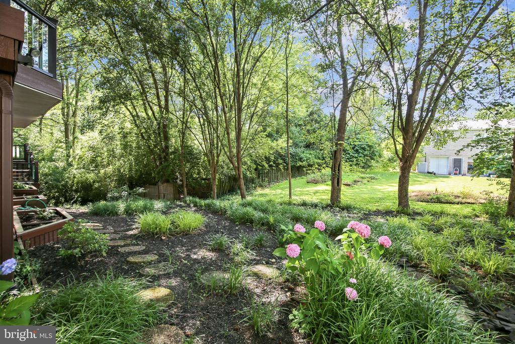 Natural carefree backyard. - 4103 FAITH CT, ALEXANDRIA
