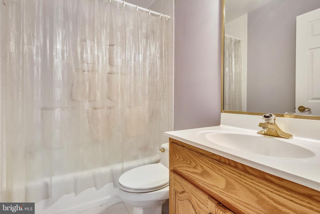 Hall bath upstairs. - 4103 FAITH CT, ALEXANDRIA