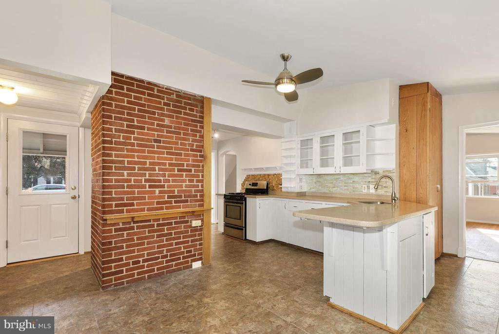 Extra pantry behind rustic  exposed brick - 3311 OBERON ST, KENSINGTON