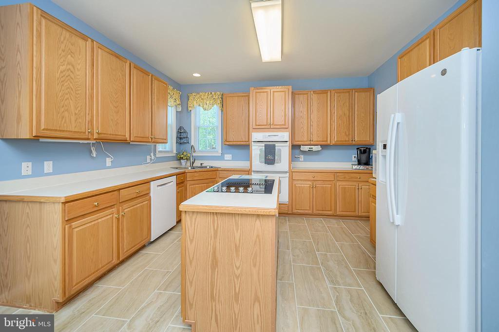 Kitchen with large island and cooktop - 106 CONFEDERATE CIR, LOCUST GROVE