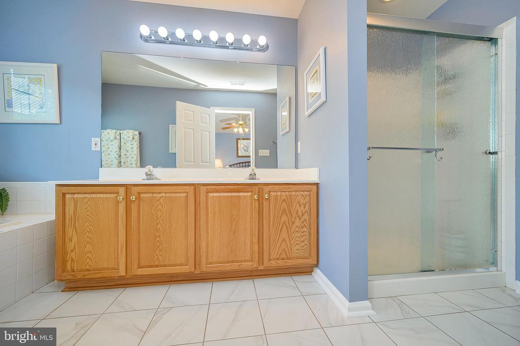 Double vanity  for extra space & Separate shower - 106 CONFEDERATE CIR, LOCUST GROVE