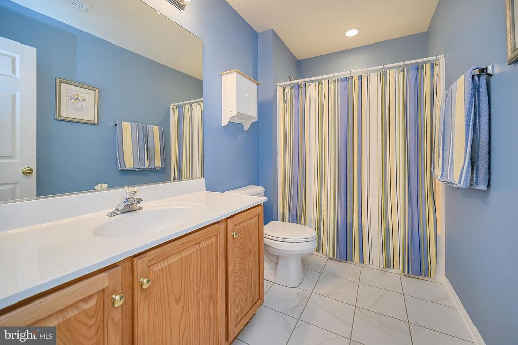 Full bath upper level - 106 CONFEDERATE CIR, LOCUST GROVE