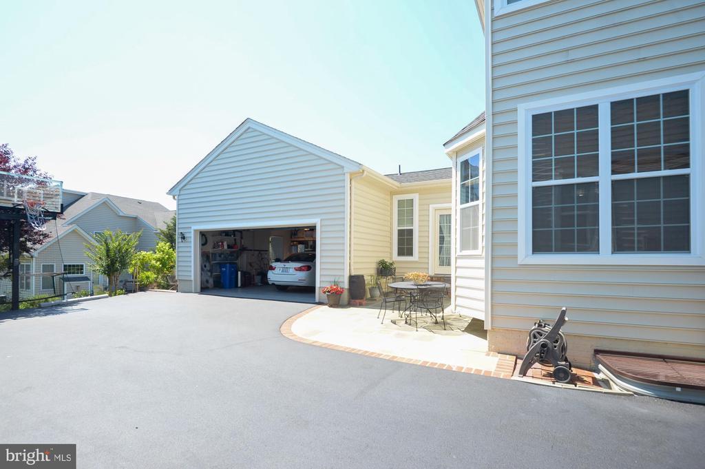 Garage in rear - 43217 BARNSTEAD DR, ASHBURN