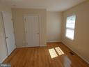 Bedroom #1 view toward closet and entry doorway - 43114 LLEWELLYN CT, LEESBURG