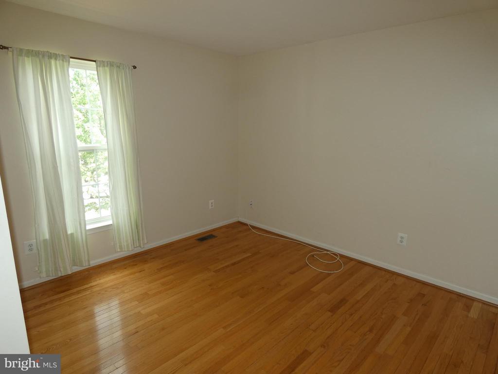 Bedroom #3 from view from entry doorway - 43114 LLEWELLYN CT, LEESBURG