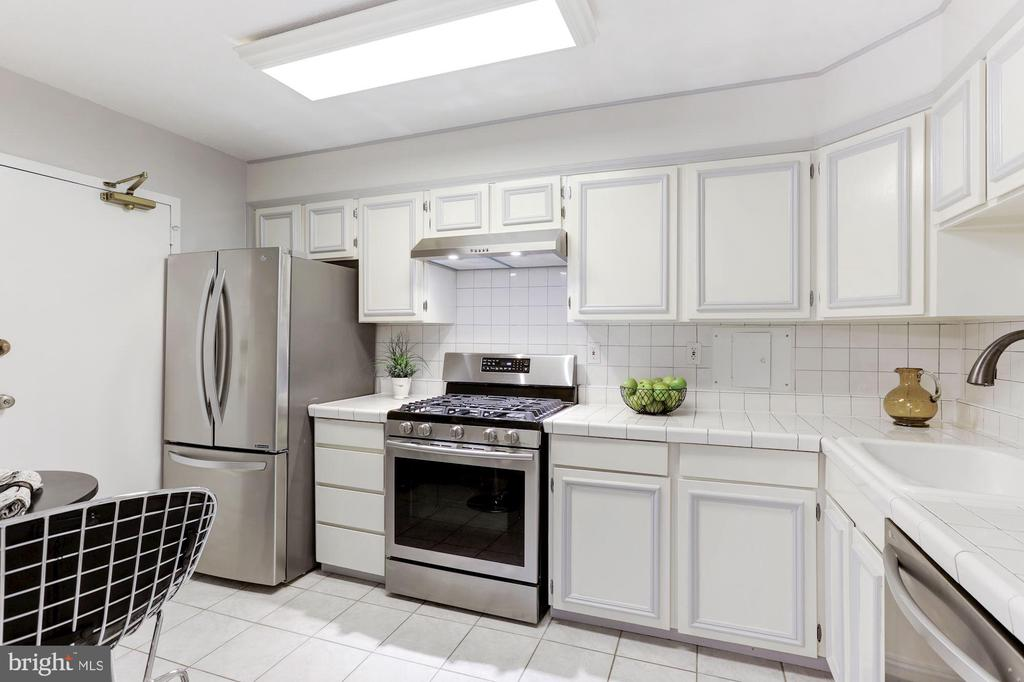 Stainless steel appliances - 1300 ARMY NAVY DR #225, ARLINGTON