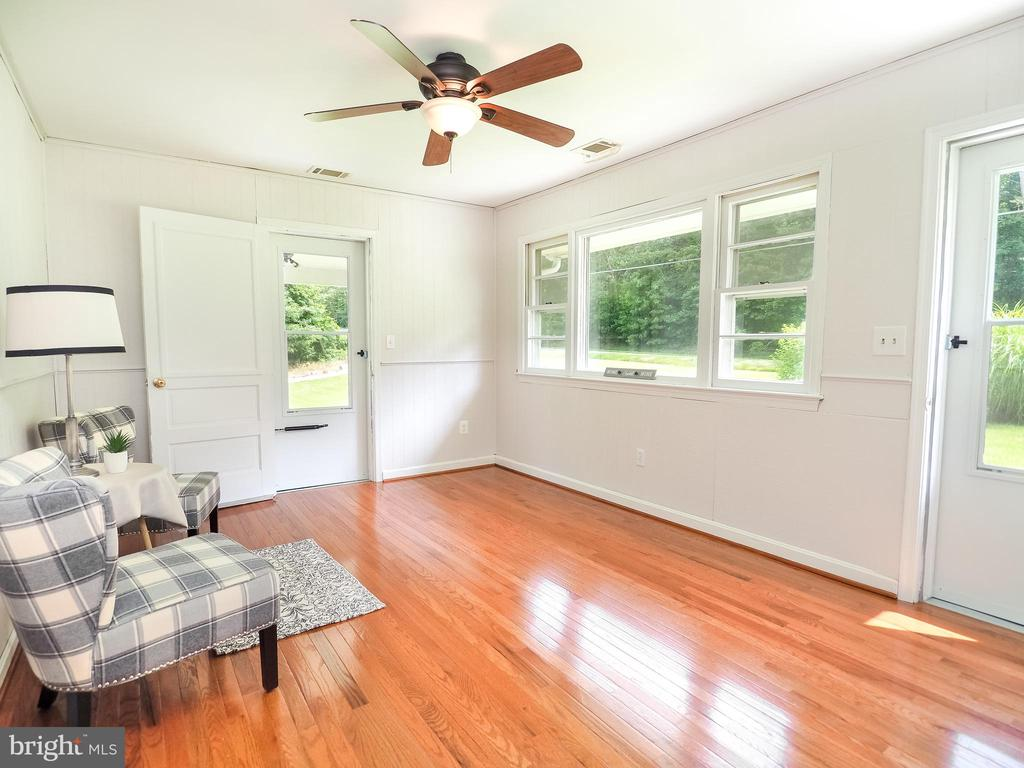 Family room w/gleaming hardwood - 1693 GARRISONVILLE RD, STAFFORD