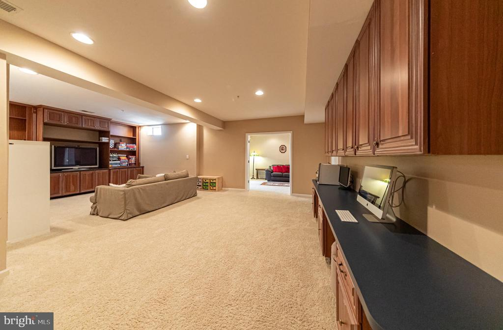 Basement - built in working station/desks - 43570 FREEPORT PL, STERLING
