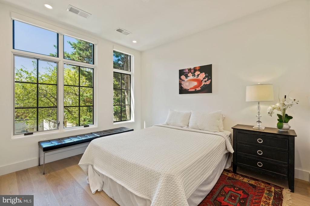 Guest bedroom with en suite full bathroom - 928 O ST NW #3, WASHINGTON
