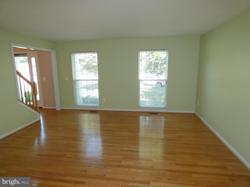 Living room view from dining room - 43114 LLEWELLYN CT, LEESBURG