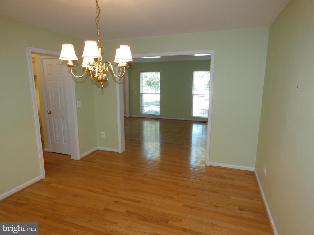 Dining room view toward living room - 43114 LLEWELLYN CT, LEESBURG