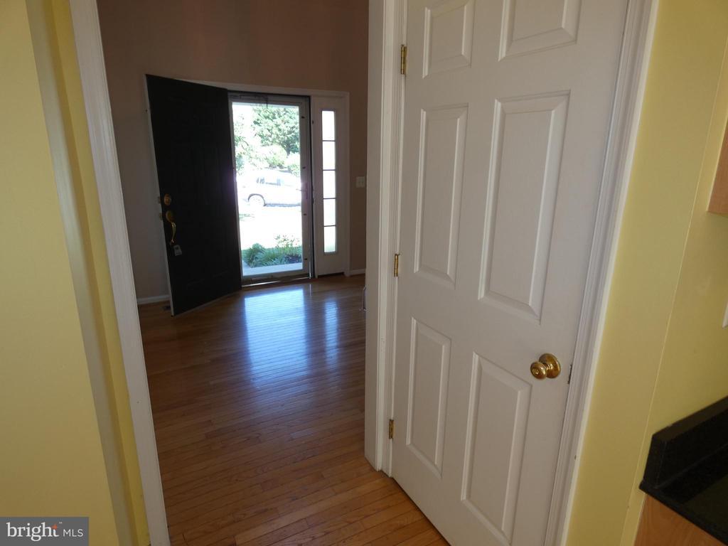 Hallway view towards entry door & basement door - 43114 LLEWELLYN CT, LEESBURG