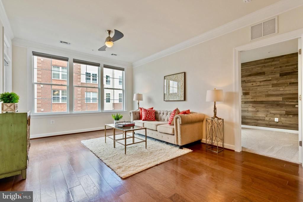 Huge living room with balcony access - 13740 ENDEAVOUR DR #307, HERNDON