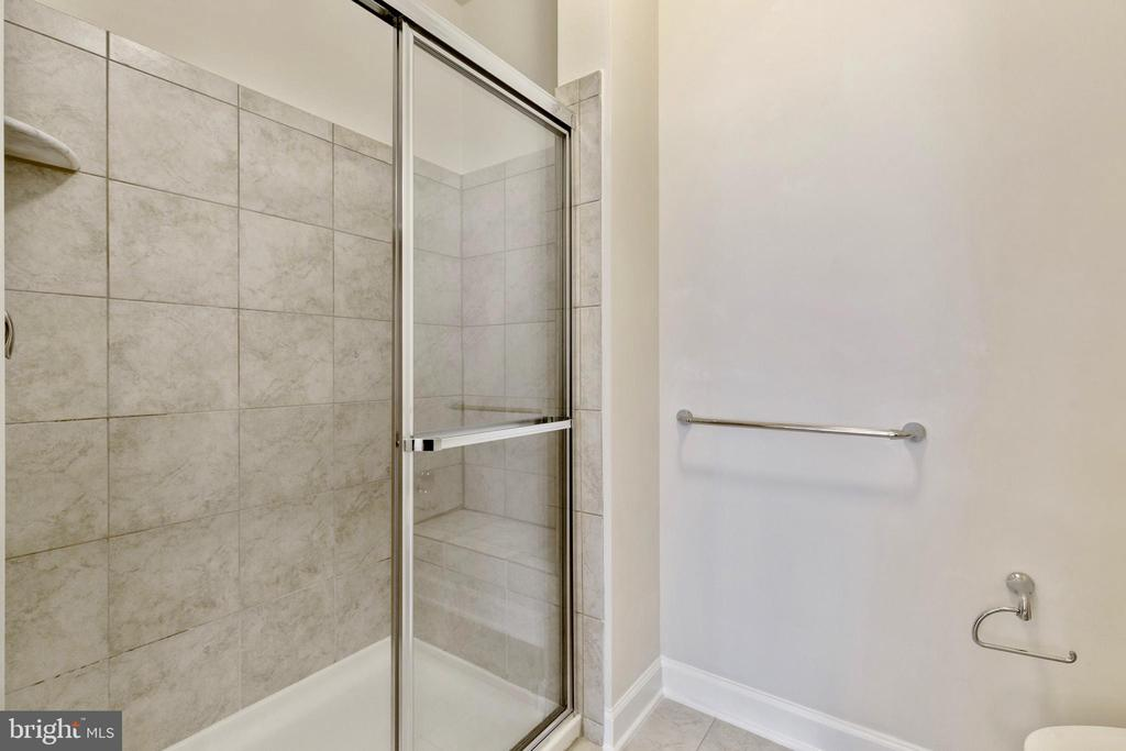 Walk-in shower with bench seat - 13740 ENDEAVOUR DR #307, HERNDON