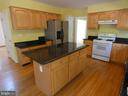 Kitchen view with center island - 43114 LLEWELLYN CT, LEESBURG