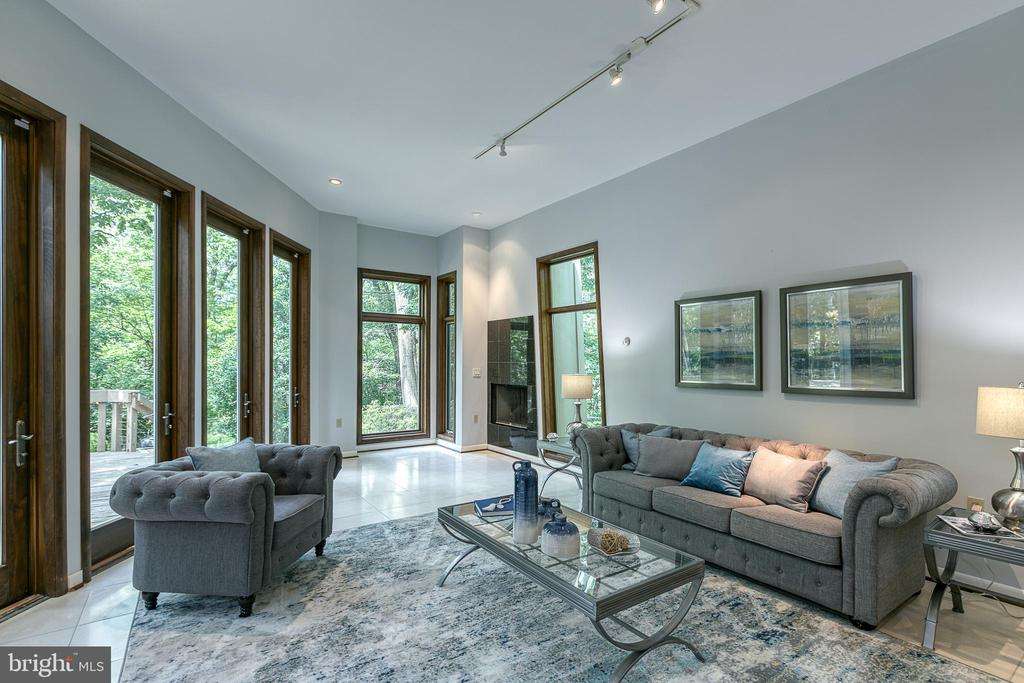 Sun-filled family room opens to expansive deck - 3408 GREENTREE DR, FALLS CHURCH