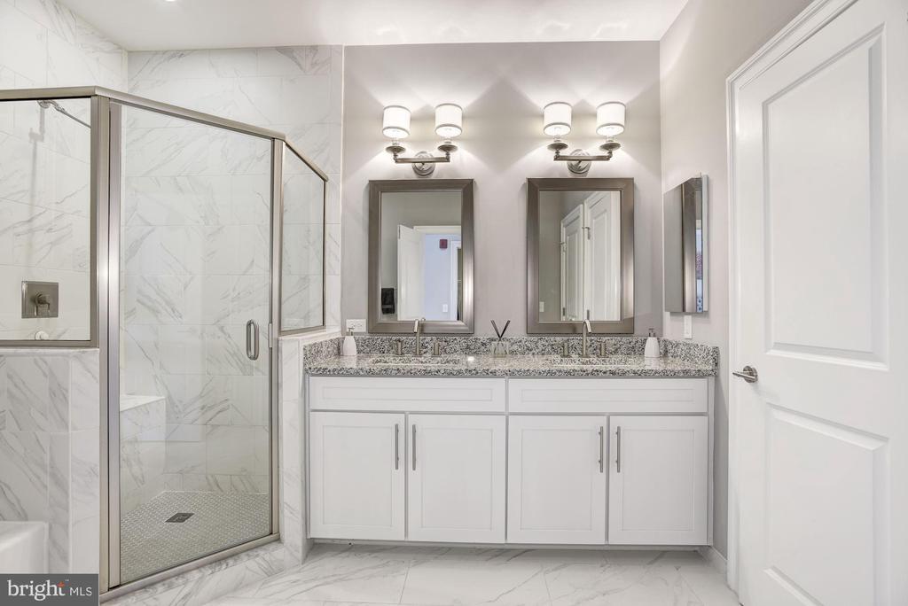 Master Bathroom w/ Double Vanity - 43567 MICHIGAN SQ, LEESBURG