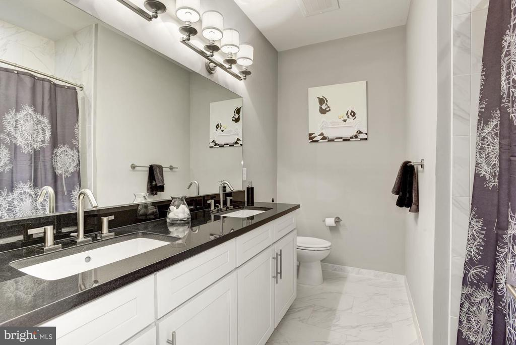 Hall Bathroom w/ Updated Finishes - 43567 MICHIGAN SQ, LEESBURG
