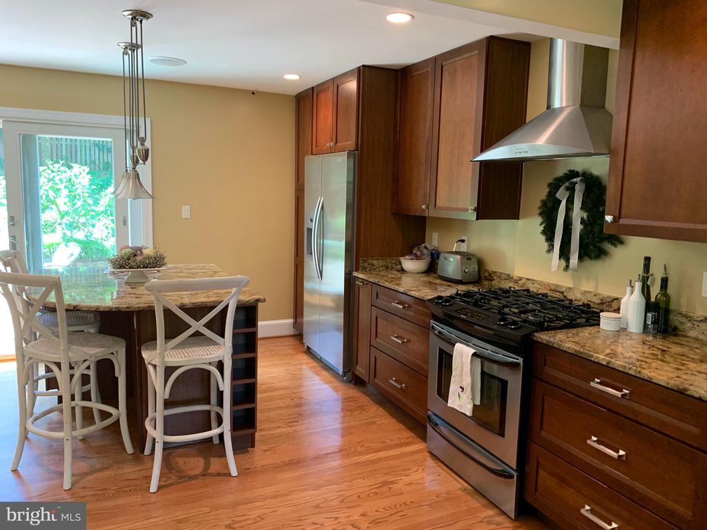 Cooking with gas! - 2504 VALLEY DR, ALEXANDRIA