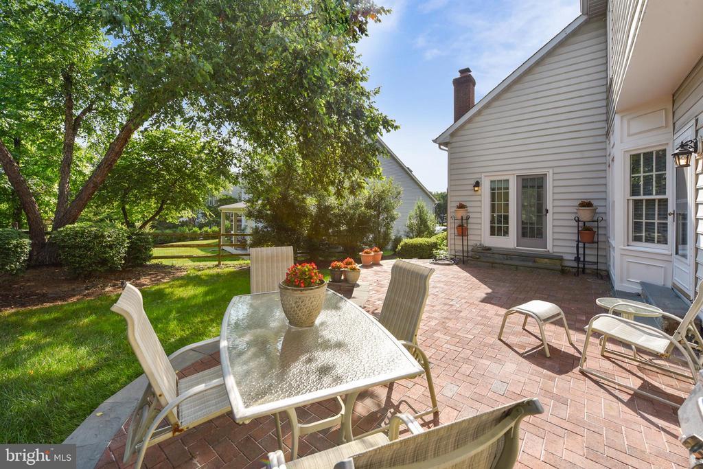 Relaxing backyard patio - 20810 AMBERVIEW CT, ASHBURN