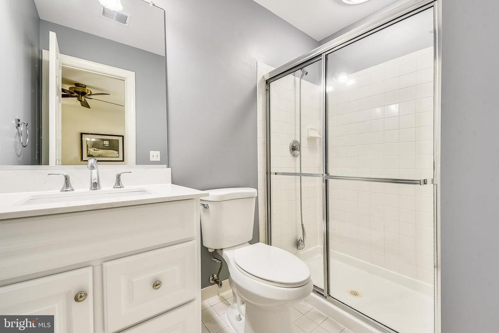 Upper Level full bath - 20810 AMBERVIEW CT, ASHBURN