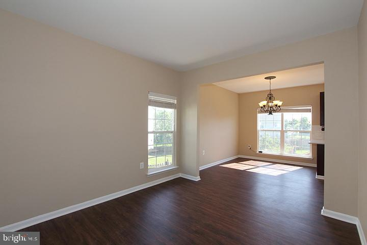 Living room overlooking dining room - 118 CLAUDE CT SE, LEESBURG
