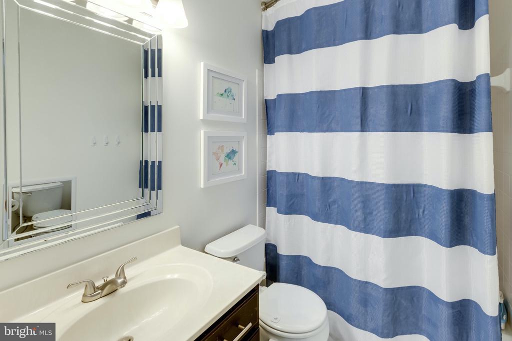 Upstairs full bath - 42969 BEACHALL ST, CHANTILLY