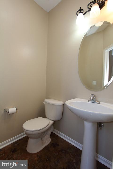Main level powder bath - 118 CLAUDE CT SE, LEESBURG