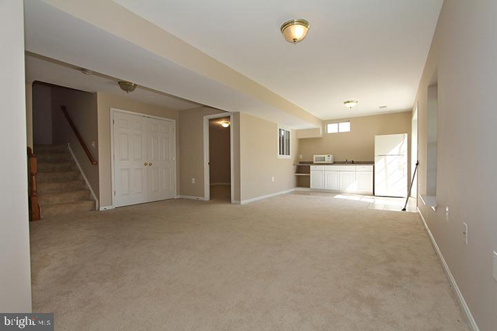 Large recreation room with walk out level! - 118 CLAUDE CT SE, LEESBURG