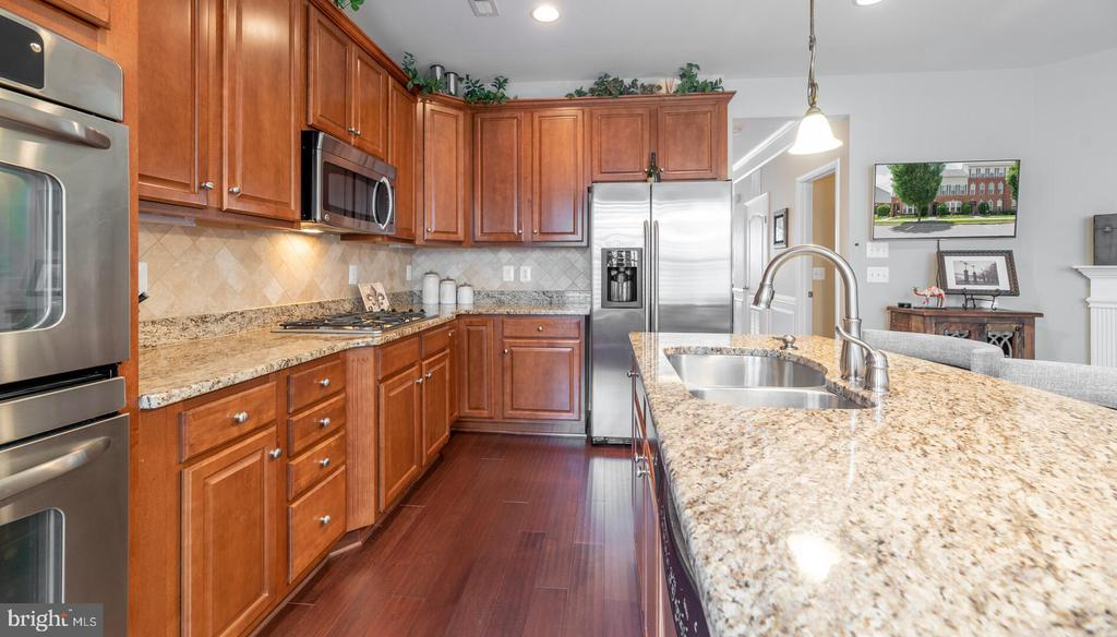 Beautiful kitchen with lots of storage - 19441 COPPERMINE SQ, LEESBURG