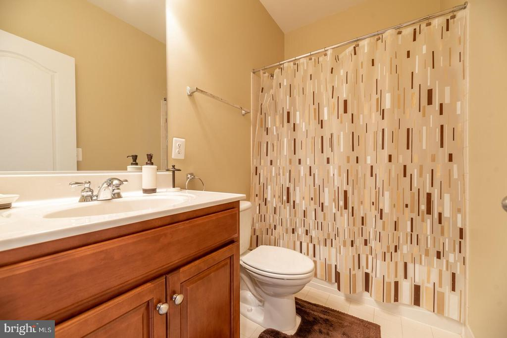 Hall bathroom with upgraded cherry cabinets - 19441 COPPERMINE SQ, LEESBURG