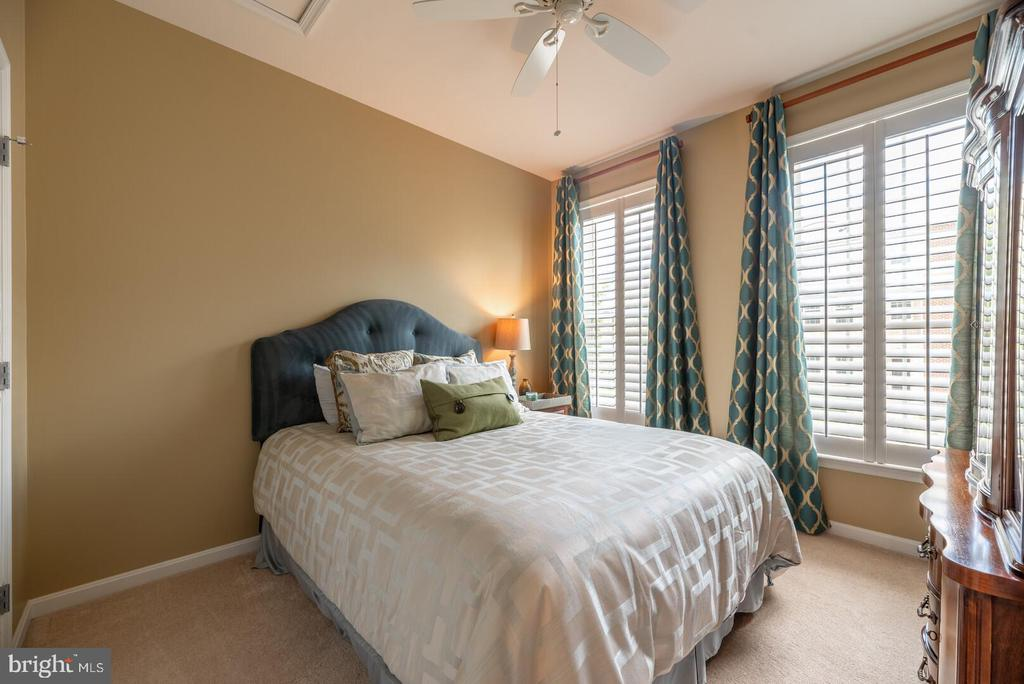 Additional spacious bedroom with ceiling fan. - 19441 COPPERMINE SQ, LEESBURG