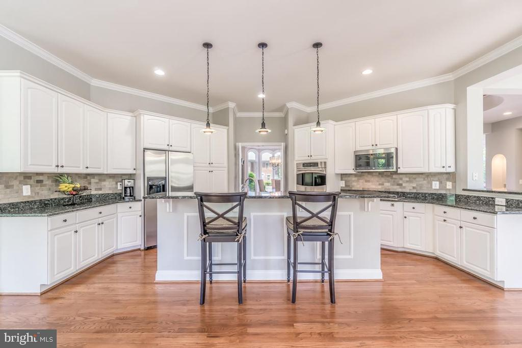Gourmet kitchen with center island - 43559 FIRESTONE PL, LEESBURG