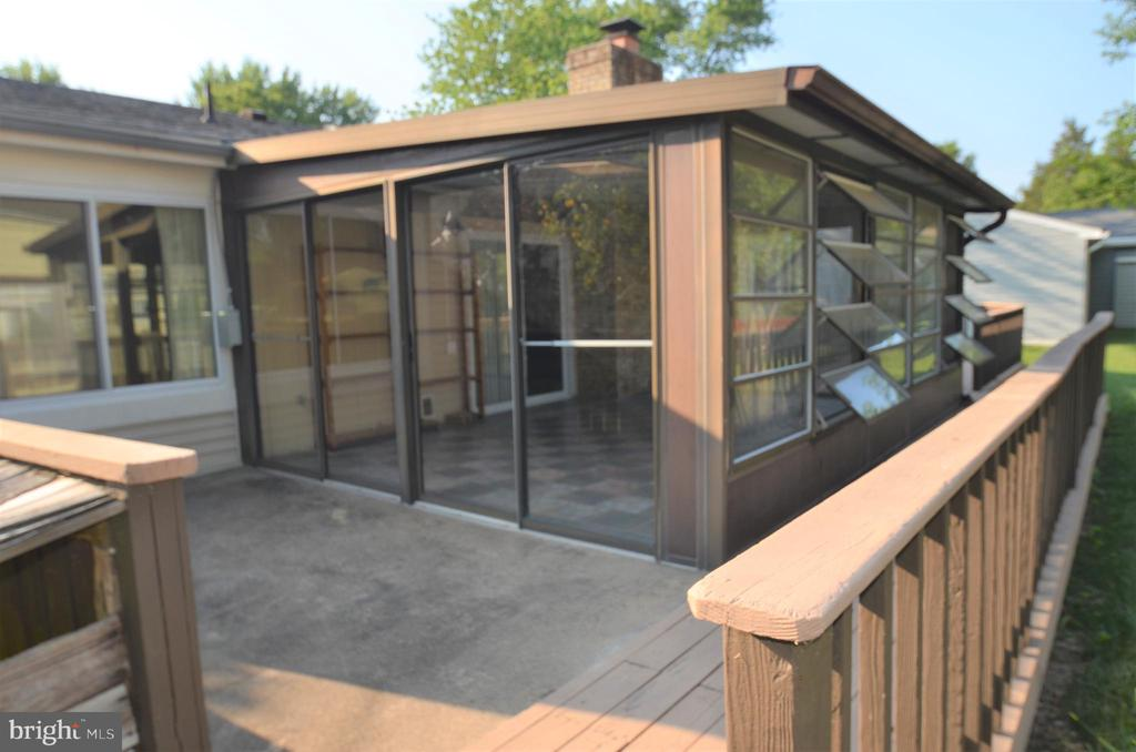 Deck to patio to sunroom - 404 GREEAR PL, HERNDON
