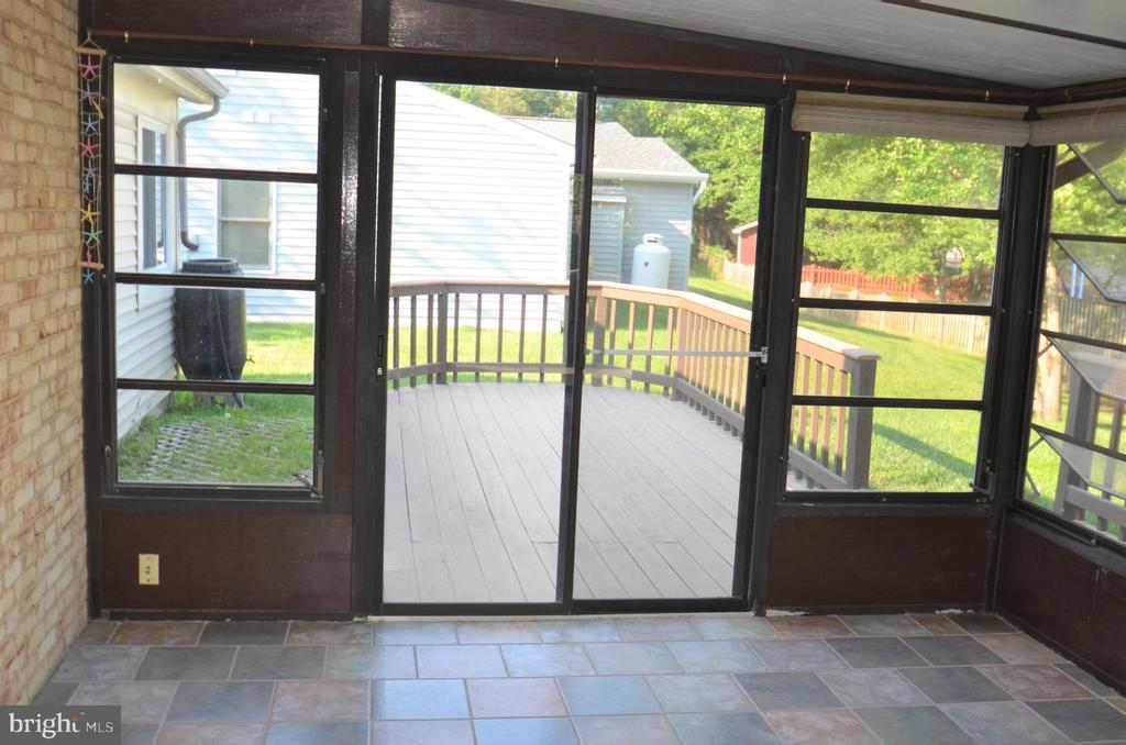 Sunroom overlooking deck - 404 GREEAR PL, HERNDON