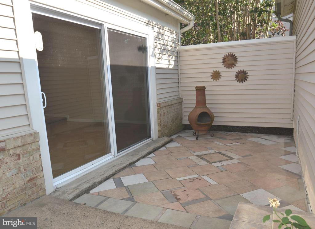 Private patio off of the living room - 404 GREEAR PL, HERNDON