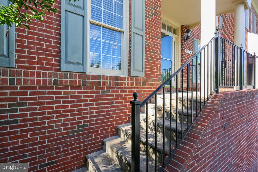 Stairs from the driveway leads to the front porch - 9704 WOODFIELD CT, NEW MARKET