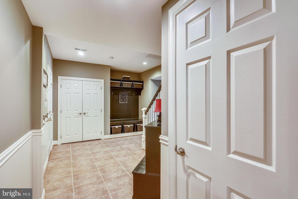 Lower level foyer - 9704 WOODFIELD CT, NEW MARKET