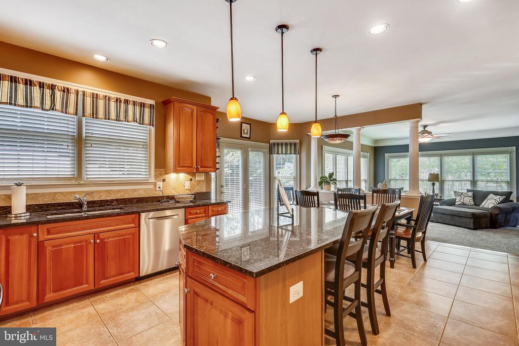 Gourmet kitchen overlooks the breakfast area - 9704 WOODFIELD CT, NEW MARKET